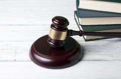 Концепция закона - запишите с деревянным молотком судей на таблице в зале судебных заседаний или офисе принуждения Стоковая Фотография RF