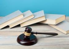 Концепция закона - книги с деревянным молотком судей на таблице в зале судебных заседаний или офисе принуждения Скопируйте космос Стоковое Изображение RF