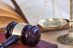 Концепция закона, масштаб молотка и книга Стоковое фото RF