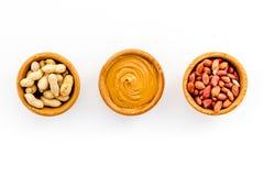 Концепция затира арахиса Шары с маслом, гайки в раковине, слезли гайки на белом космосе экземпляра взгляд сверху предпосылки Стоковые Фотографии RF