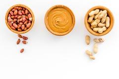 Концепция затира арахиса Шары с маслом, гайки в раковине, слезли гайки на белом космосе экземпляра взгляд сверху предпосылки Стоковое Изображение RF