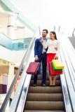 Концепция защиты интересов потребителя, продажи и людей - стильный красивый счастливый y Стоковое фото RF