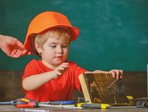 Концепция защиты и безопасности Тщательно защитите ребенк с шлемом Малыш в защитном шлеме на мастерской Ребенок милый стоковые изображения rf