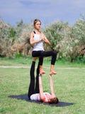 Концепция здорового образа жизни 2 женщины делая йогу в парке Стоковые Фотографии RF