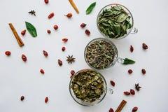 Концепция здорового образа жизни Много различных ингридиентов для делать травяной чай внутри кружек Стоковое Фото
