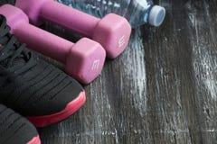 концепция здорового образа жизни Образы жизни фитнеса, оборудования спорта, здоровых и активных стоковые изображения