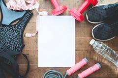 Концепция здоровых и диеты, оборудования спорта и одежда для женщины с белым чистым листом Стоковая Фотография RF