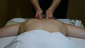 Концепция здоровья и избыточного веса руки ` s masseur делают лечебный массаж назад к взрослой тучной женщине в профессиональном  видеоматериал
