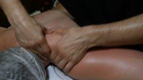 Концепция здоровья и избыточного веса руки ` s masseur делают лечебный массаж плеча, руки и назад к взрослой женщине внутри видеоматериал