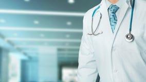 Концепция здоровья и медицины Уверенный профессиональный доктор в белом пальто со стетоскопом, портретом в клинике стоковая фотография rf