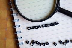 Концепция здравствуйте! слова зимы на деревянных кубах с книгами в предпосылке стоковая фотография