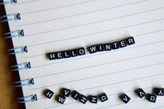 Концепция здравствуйте! слова зимы на деревянных кубах с книгами в предпосылке стоковые изображения