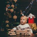 Концепция зимнего отдыха Xmas рождества рождество веселое Счастливые дети babette hildren подарок Концепция рассказа рождества стоковые изображения rf