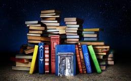 Концепция знания которое не использовано Стог книг с дверью стоковые фото