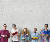 Концепция знания образования чтения молодости студентов взрослая стоковое фото