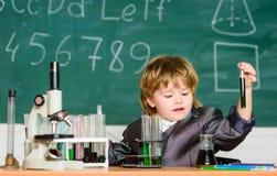 Концепция знания e Воодушевленность для исследований Химия биологии исследования ребенк Базовые знания основные стоковые фото