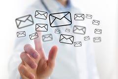 Концепция значка электронной почты доктора касающего на интерфейсе технологии Стоковое Изображение