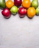 Концепция здоровой еды, витаминов, различных плодоовощей, различных яблок, манго, апельсинов границы, backgr текстового участка д Стоковое фото RF
