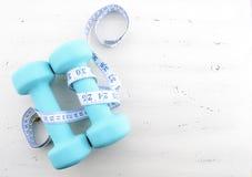 Концепция здоровья и фитнеса с женственными гантелями Стоковые Изображения RF