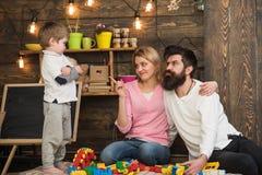 Концепция игрушки Сын с структурой строения матери и отца с комплектом конструкции игрушки Воспитательная игрушка для детей немно стоковая фотография