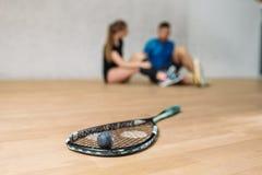 Концепция игры сквоша, ракетка с шариком стоковые изображения
