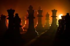 концепция игры шахматной доски concep идей дела и идей конкуренции и стратегии Шахмат вычисляет на темной предпосылке с smok стоковое изображение