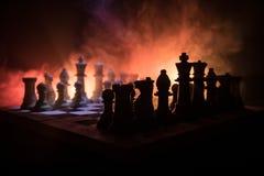 концепция игры шахматной доски concep идей дела и идей конкуренции и стратегии Шахмат вычисляет на темной предпосылке с smok стоковые изображения