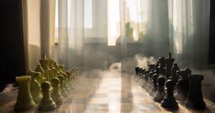 концепция игры шахматной доски concep идей дела и идей конкуренции и стратегии Диаграммы шахмат на предпосылке с окном стоковое изображение
