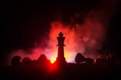 концепция игры шахматной доски concep идей дела и идей конкуренции и стратегии Шахмат вычисляет на темной предпосылке с smok стоковая фотография