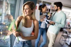 Концепция идей сыгранности счастья друзей студентов разнообразия стоковое фото