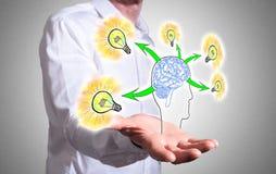 Концепция идей человеческого мозга над человеческой рукой Стоковое Изображение RF