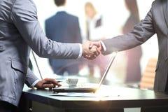 Концепция - извлекать успешного сотрудничества бушель рукопожатия Стоковые Фото