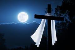 Концепция Иисус нового утра пасхи христианская перекрестная поднятый на ночу Стоковое Изображение RF