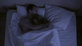 Концепция инсомнии, броски пар в его спит, взгляд сверху видеоматериал