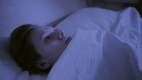 Концепция инсомнии Женщина в кровати на ноче не может спать