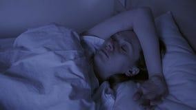 Концепция инсомнии Женщина в кровати на ноче не может спать видеоматериал