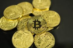 Концепция интернета дела технологии валюты монетки BTC цифрового бита Bitcoin Cryptocurrency Много монеток bitcoin стоковое изображение