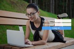 Концепция интернета - девушка в школьной форме используя компьтер-книжку лежа дальше Стоковые Фото