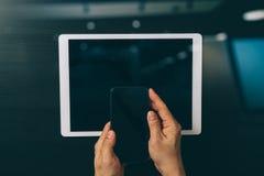 концепция интернета и сети безопасностью кибер знак руки проверки бизнесмена банка Стоковое Изображение