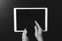 концепция интернета и сети безопасностью кибер знак руки проверки бизнесмена банка Стоковое Фото