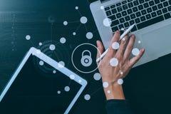концепция интернета и сети безопасностью кибер знак руки проверки бизнесмена банка Стоковые Фото