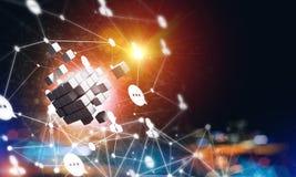 Концепция интернета и сеть с цифровым кубом вычисляют на темной предпосылке