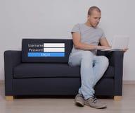 Концепция интернета - красивый человек сидя используя компьютер и имя пользователя стоковое фото