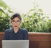 Концепция интернет-кафе компьютера женщины вскользь думая стоковая фотография rf
