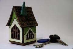 Концепция ипотек, вкладов, недвижимости и свойства закрыть модель дома, деньги и ключи дома стоковые изображения rf