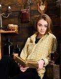 Концепция исследования Исследование студента девушки с книгой в доме егеря Дама на спокойной стороне в одеждах шотландки смотрит  Стоковые Изображения RF