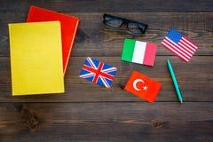 Концепция исследования языка Учебники или словари иностранного языка близко сигнализируют на темном деревянном экземпляре взгляд  стоковое фото