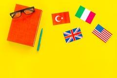 Концепция исследования языка Учебники или словари иностранного языка близко сигнализируют на желтом космосе экземпляра взгляд све стоковые изображения rf