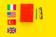 Концепция исследования языка Учебники или словари иностранного языка близко сигнализируют на желтом космосе экземпляра взгляд све стоковые фото