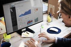 Концепция исследования стратегии приборной панели бизнесмена работая Стоковое фото RF